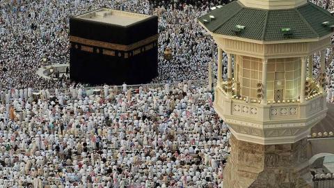 المسلمون يؤدون صلاة الفطر 1439 1-959353.jpg?itok=7jFTrXWt