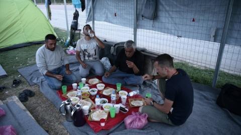 لاجئون يودّعون رمضان عالقين أبواب 2_434.jpg?itok=soicLQv4