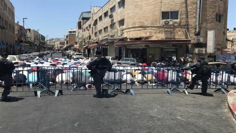 الفلسطينيون يؤدون الصلاة خارج الأقصى 444_30.jpg?itok=fEIPfpL2