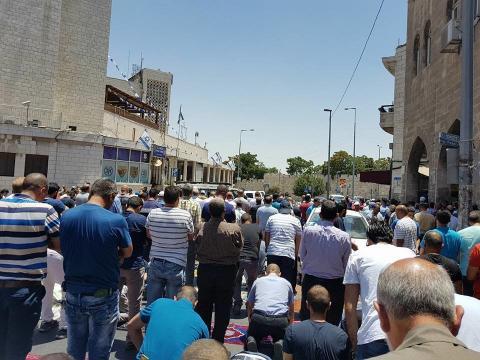 الفلسطينيون يؤدون الصلاة خارج الأقصى 555_23.jpg?itok=PkG1rPkJ