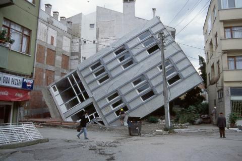 عاجزون أمام الزلازل 879.jpg?itok=8c9bkUNS