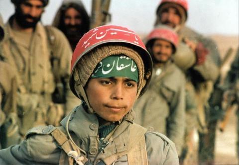 جندي إيراني يفتح النار زملائه Children_In_iraq-iran_war4.jpg?itok=ZlPMdgmg
