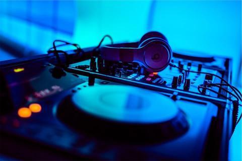 إغلاق ملهى ليلي بتونس لاستخدامه DJ-Hire-Important-Things-to-Consider-2.jpg?itok=KXeKdlub