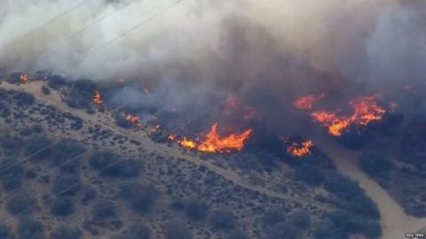 السلطات الأمريكية تحاول السيطرة حريق _84349869_84349868.jpg?itok=m-X5mWUW