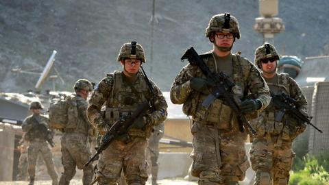 جندي أفغاني يفتح نيرانه جنود dol.jpg?itok=wdJoFfw6