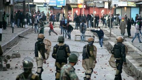إصابة ثمانية مدنيين بنيران هندية kashmir-riots_4.jpg?itok=q_5jXU0v