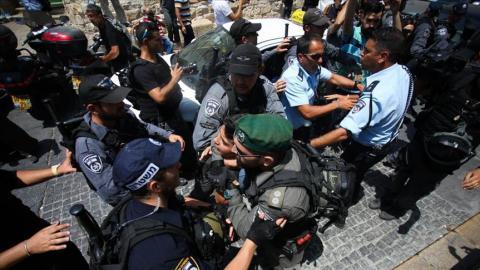 إصابة عشرات الفلسطينيين مواجهات عنيفة thumbs_b_c_fceebedf778c57bc8d700e2dce6cb311.jpg?itok=MjRY7b6d